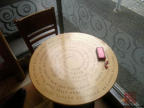 El móvil sobre la mesa