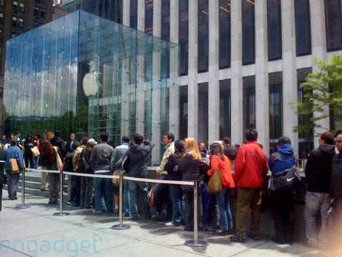Gente haciendo cola en la Apple Store de la Quinta Avenida