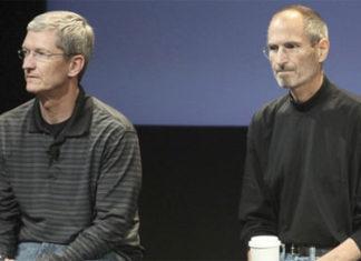 Tim Cook y Steve Jobs en una ronda de preguntas y respuestas con la prensa