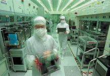 Empleados de TSMC en sus laboratorios