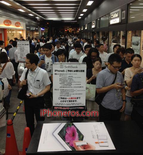 Colas para  comprar el iPhone 5 en Akihabara
