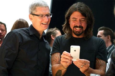 Tim Cook mostrando el iPhone