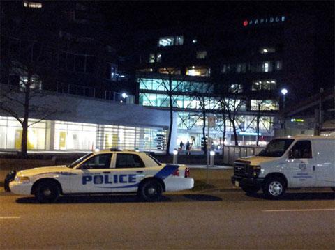 Policia a la entrada del centro comercial de la tienda
