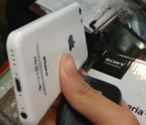 Supuesta carcasa de plástico del supuesto iPhone de bajo coste