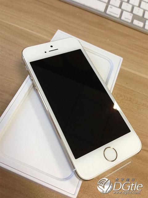 iPhone 5S fuera de la caja