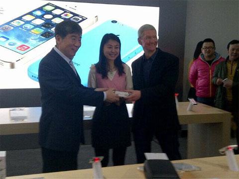 Tim Cook con un cliente en China