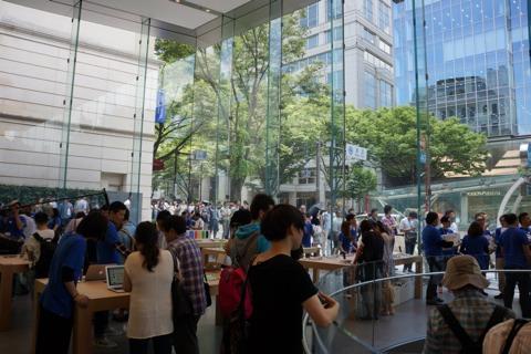 Dentro de la Apple Store de Omotesando