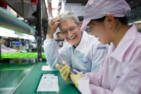 Tim Cook en la fábrica de Foxconn en Zhengzhou