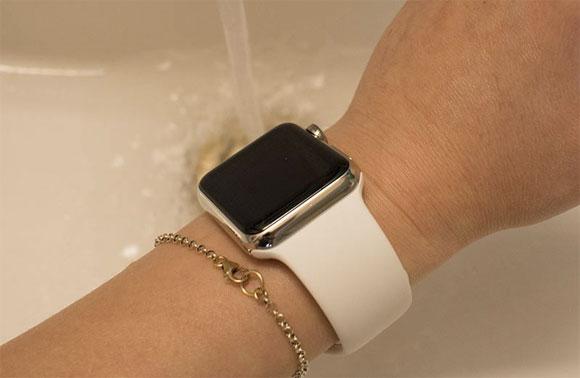 Poniendo el Apple Watch debajo de un grifo