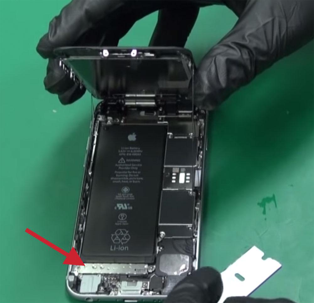 iPhone 6S con agua dentro