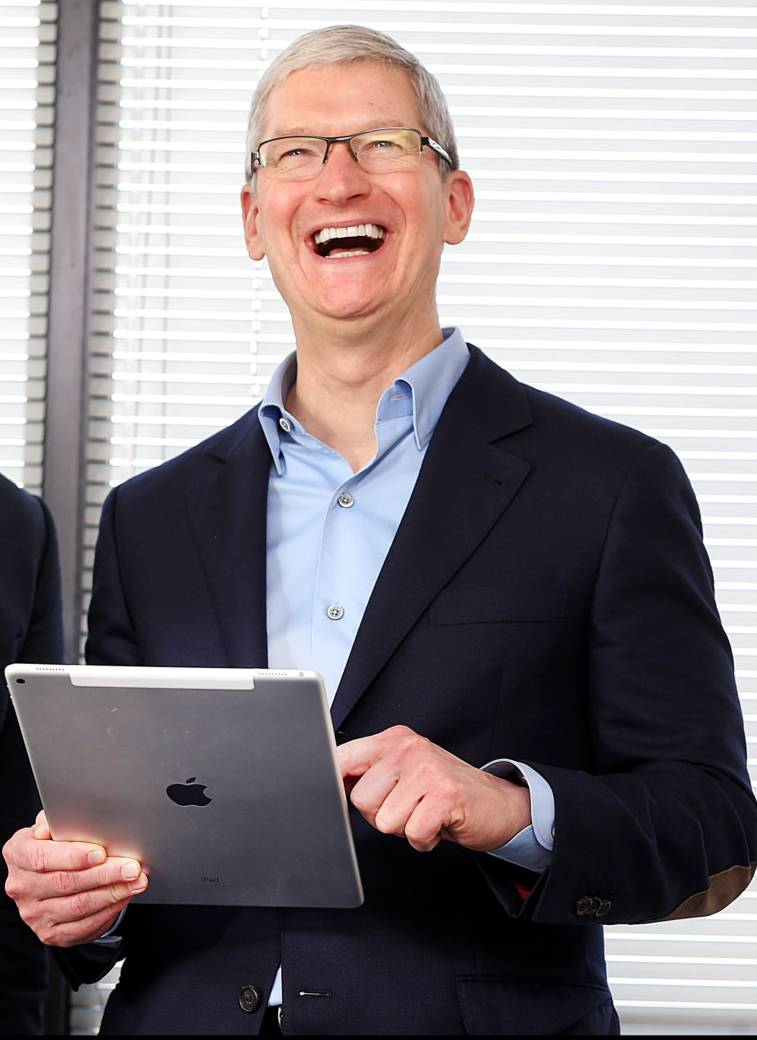 Tim Cook con el iPad Pro