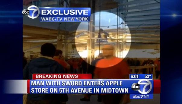 Hombre con una katana en la Apple Store de la Quinta Avenida de Nueva York