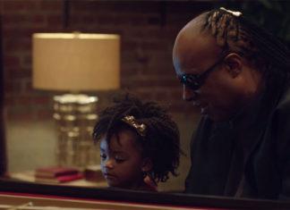 Stevie Wonder en el anuncio de Navidad de Apple
