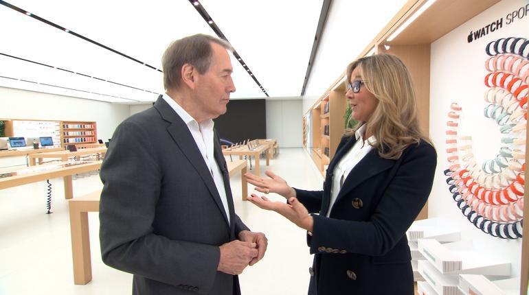 Charlie Rose con Angela Ahrendts en la Apple Store de pruebas