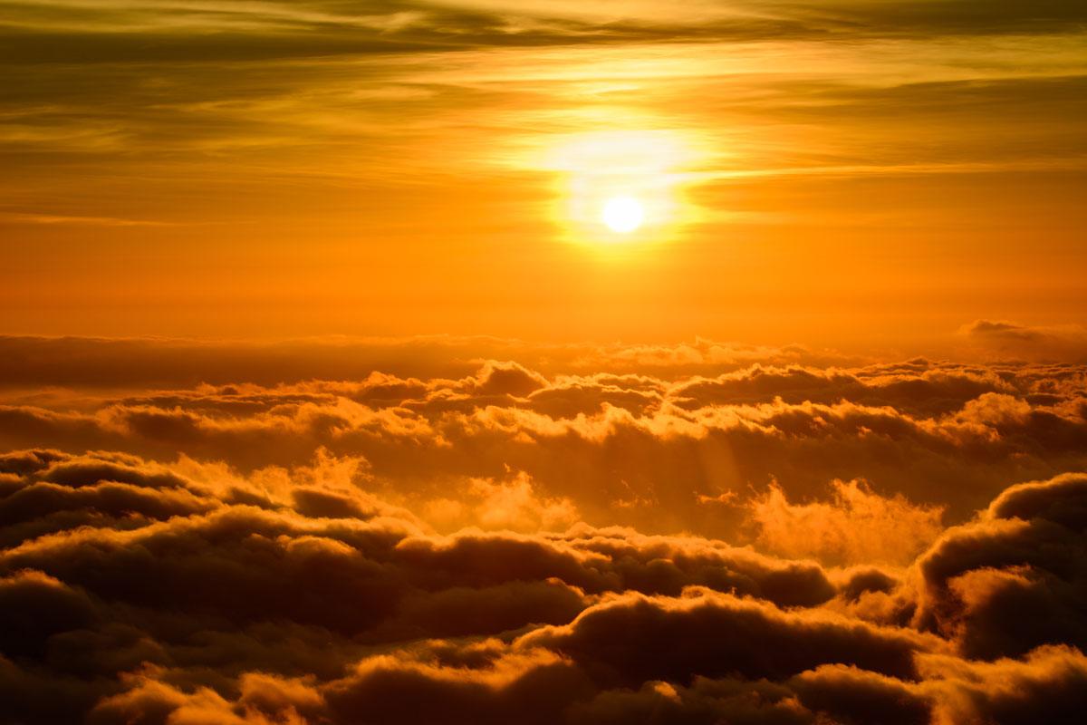 fondo de pantalla semanal puesta de sol sobre las nubes On fondo del sol