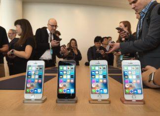 iPhone SE en la sala de pruebas para la prensa