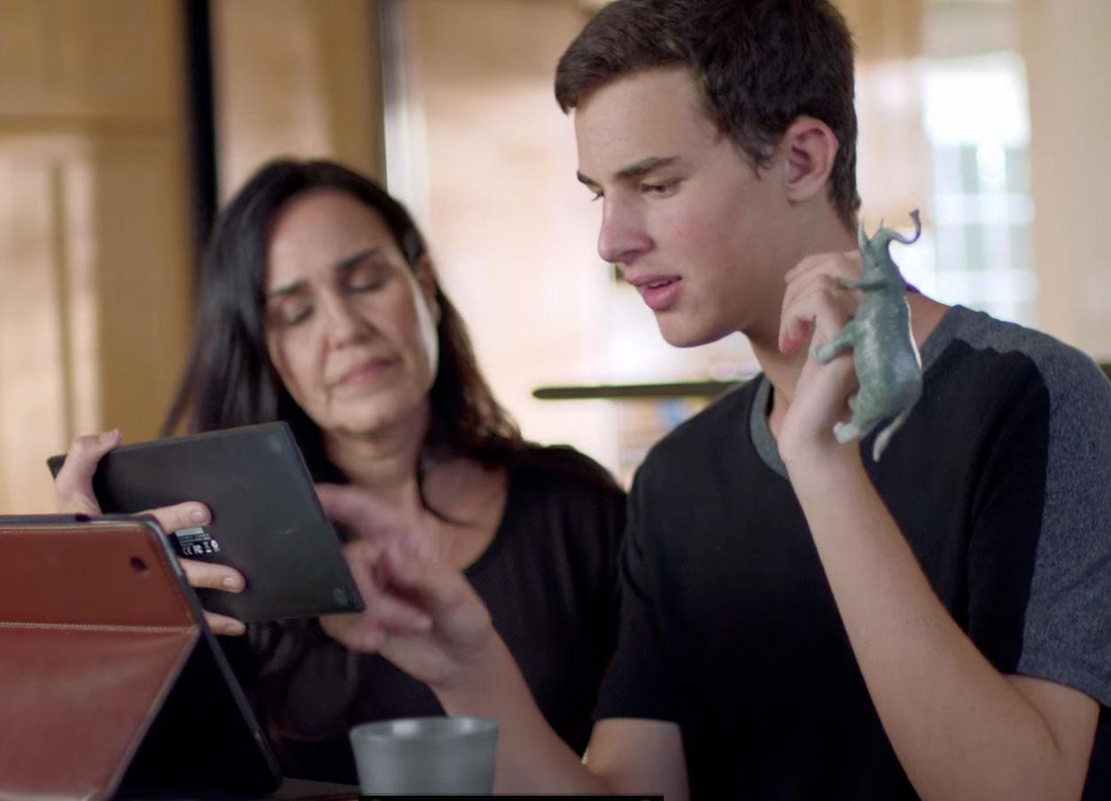 Apple publica dos nuevos vídeos mostrando cómo un iPad le da voz a un niño autista