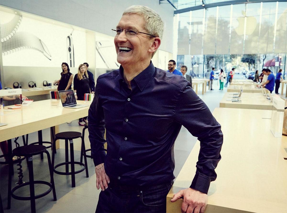 Tim Cook riéndose un rato en una Apple Store