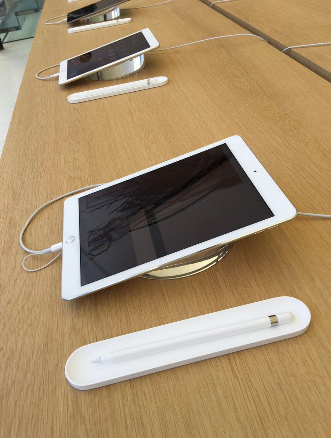 Mesas de productos en la Apple Store de Unison Square