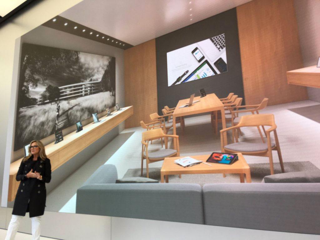 Angela Ahrendts presentando las nuevas salas de reuniones en las Apple Store 2.0