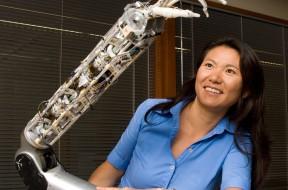 Yoky Matsuoka y su brazo robótico