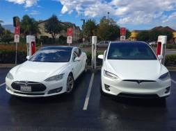 Tesla Model S y Model X cargando en una estación de carga de la marca