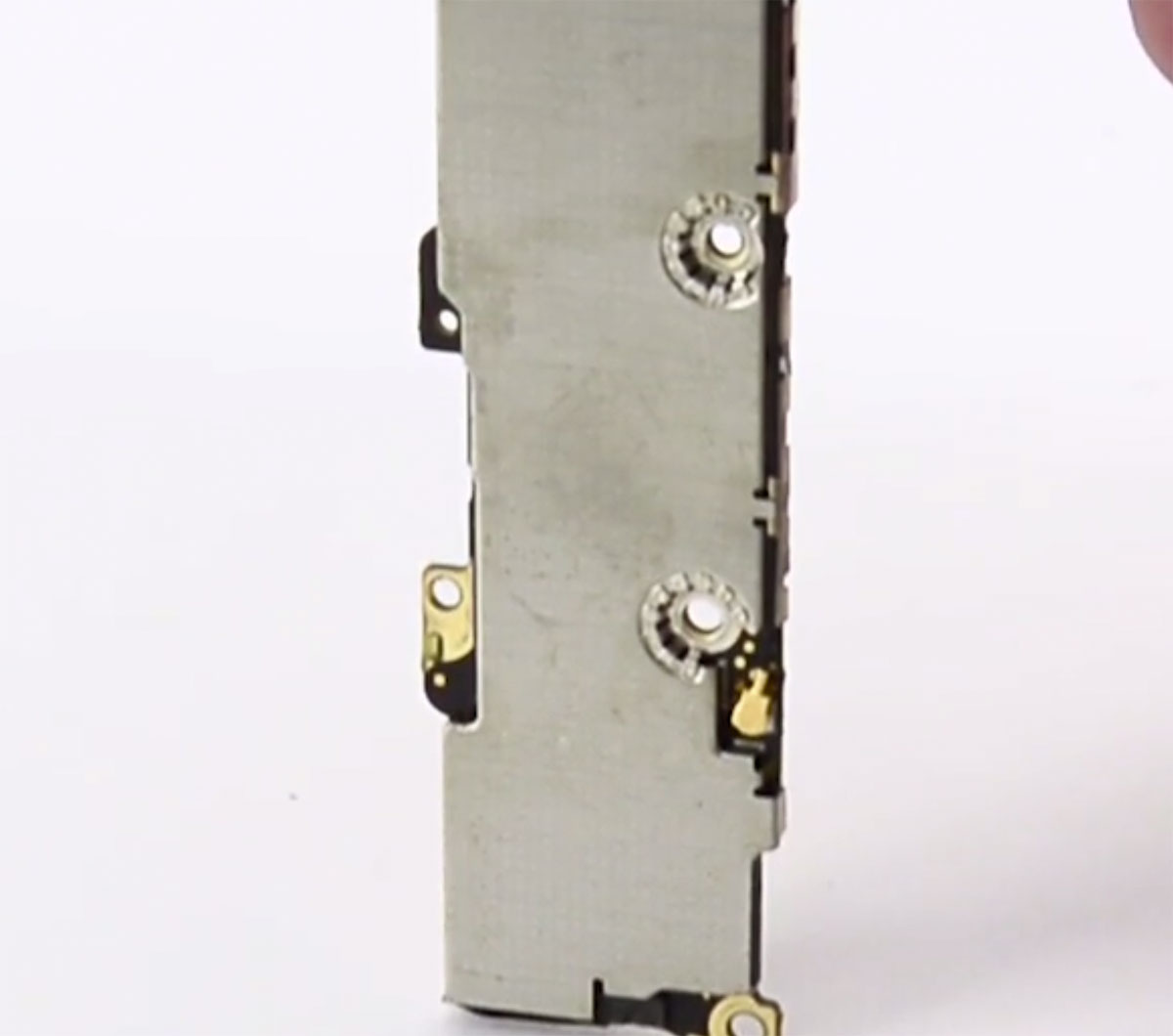 Placa base del iPhone 5S con su escudo de metal