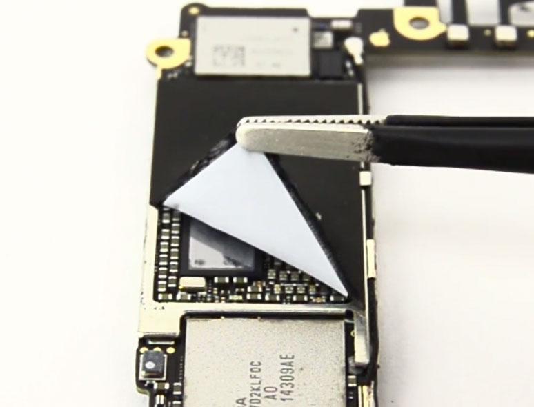 Pegatina protectora en la placa base del iPhone 6 Plus