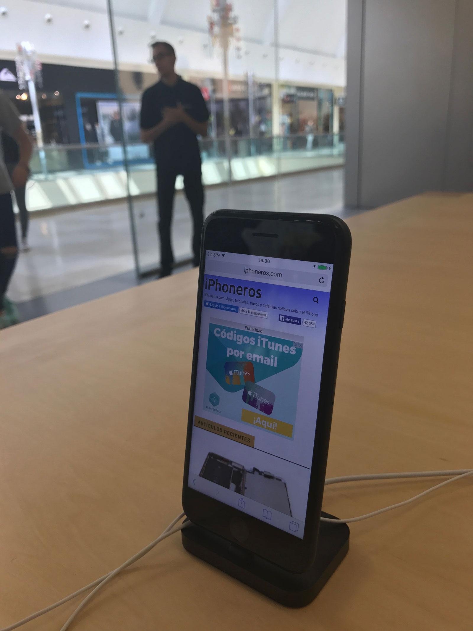 iPhone siete con iPhoneros cargada en alguna Apple™ Store
