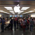 Apple Store de Parquesur incluso arriba de gente