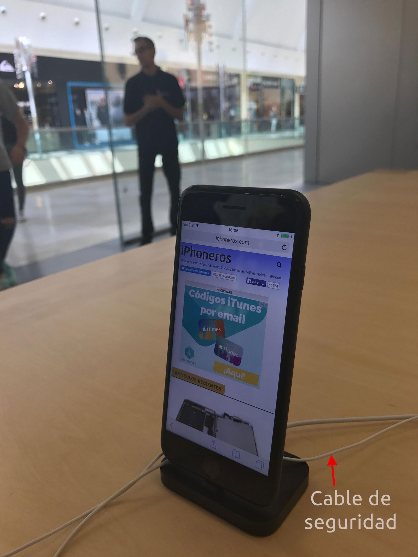 Cable de seguridad de un iPhone 7 en una Apple Store