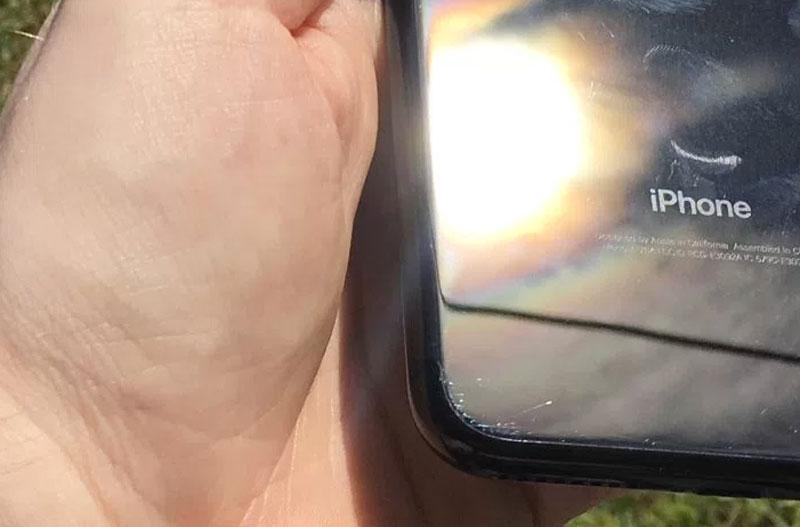 iPhone 7 negro brillante con arañazos