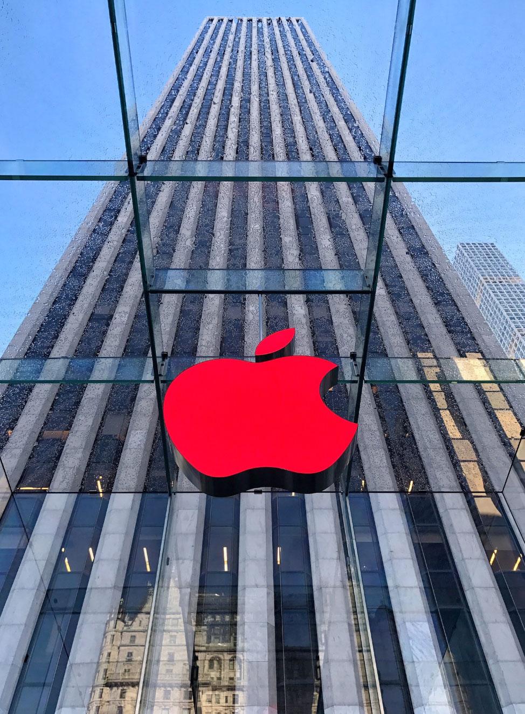 Logo rojo en la Apple Store de la 5ta Avda. de Nueva York