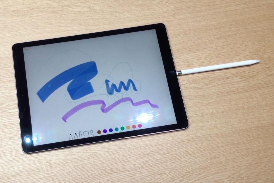 Apple Pencil cargando en el puerto Lightning de un iPad Pro