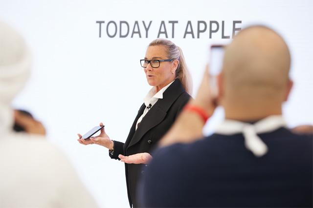 Angela dando a saber Today at Apple