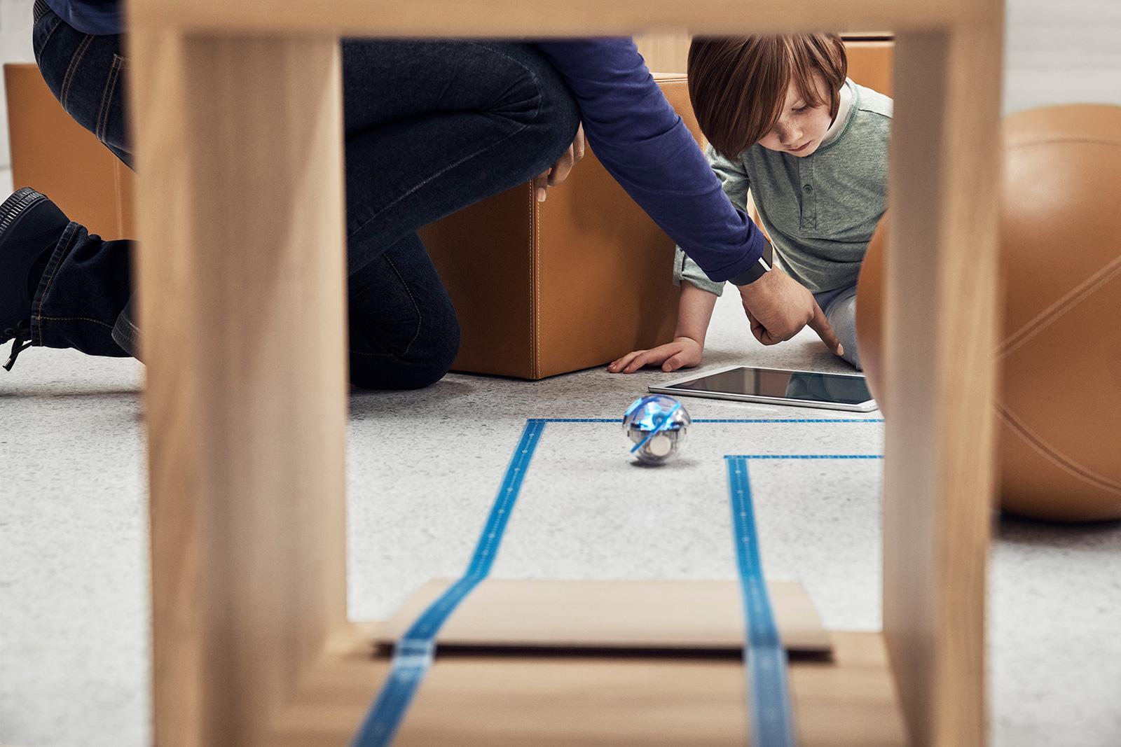 Niños aprendiendo a programar robots en una Apple Store