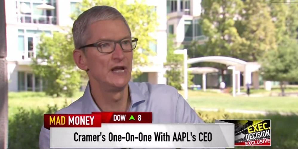 Tim Cook en alguna entrevista en los jardines de las oficinas de Apple