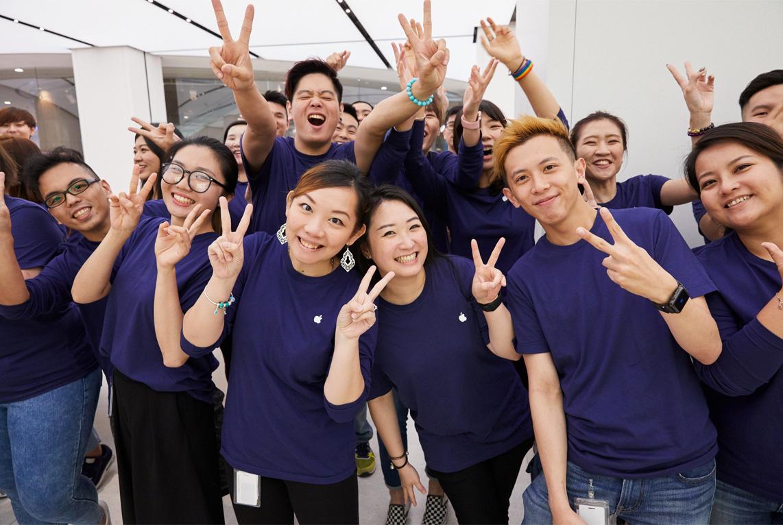 Empleados de la Apple Store de Taipei, en Taiwán