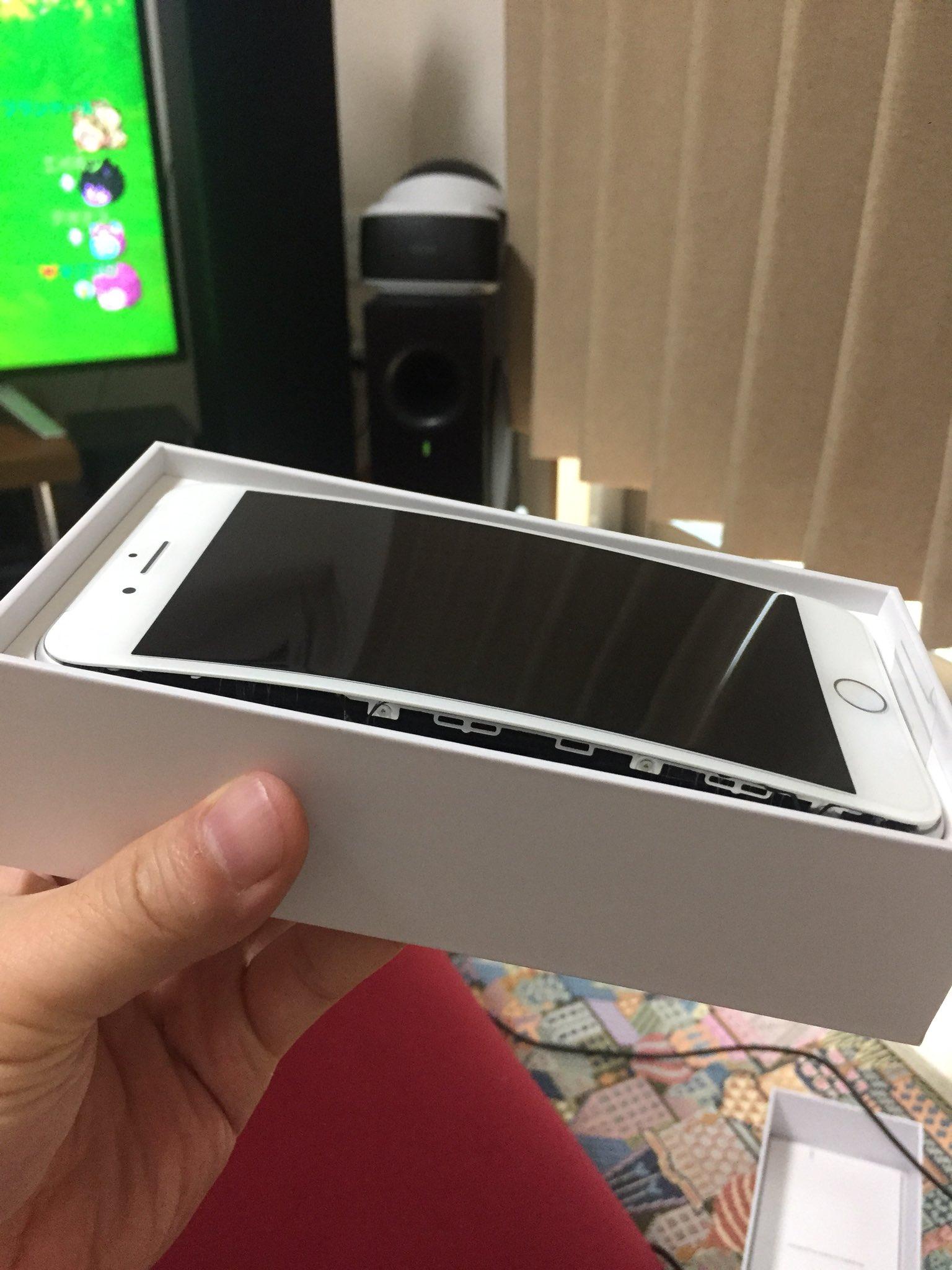 iPhone 8 Plus con una batería hinchada, abierto en su caja