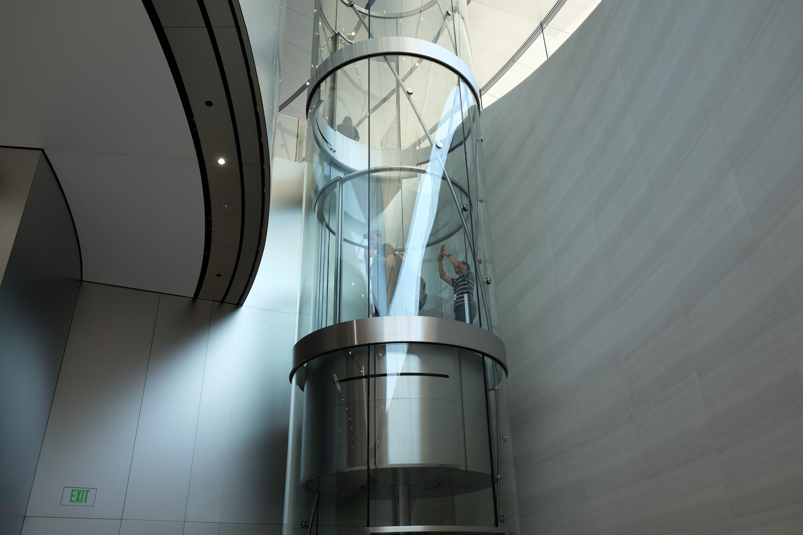 Ascensor que gira al bajar u subir en el Steve Jobs Theater