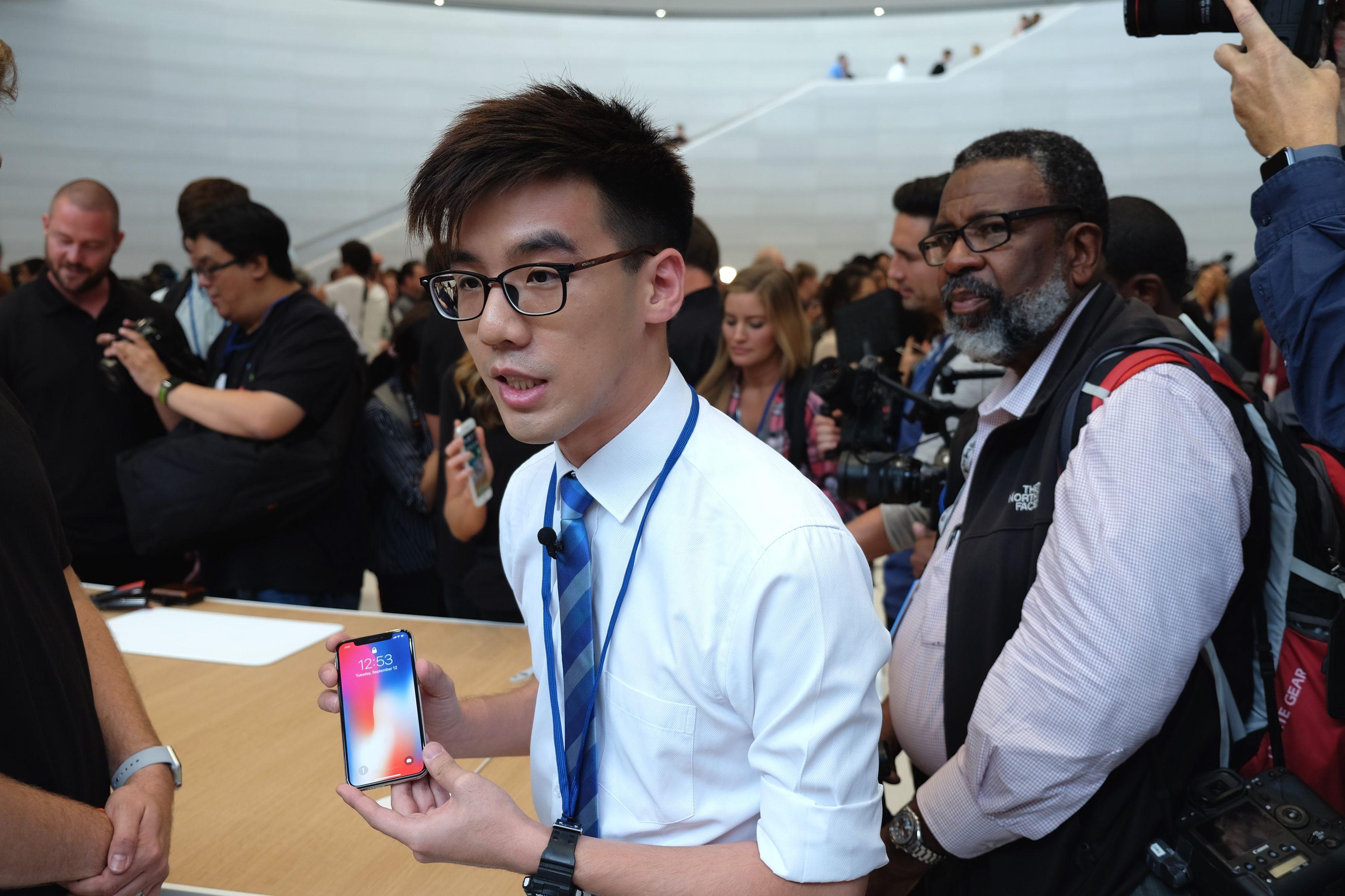 Tocando el iPhone X por primera vez en la sala de demostración