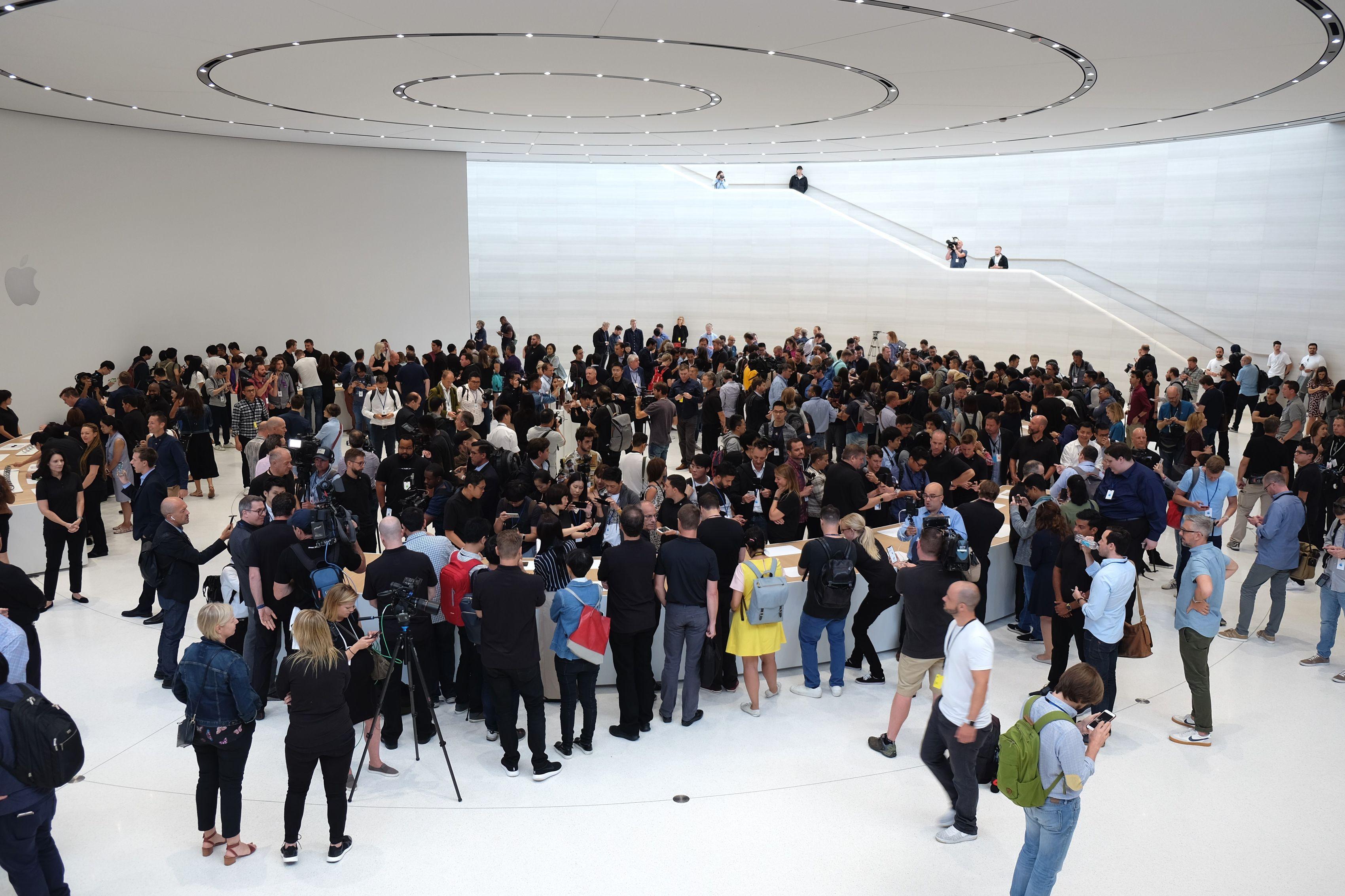 Sala de demostraciones de recientes productos, abarrotada de gente