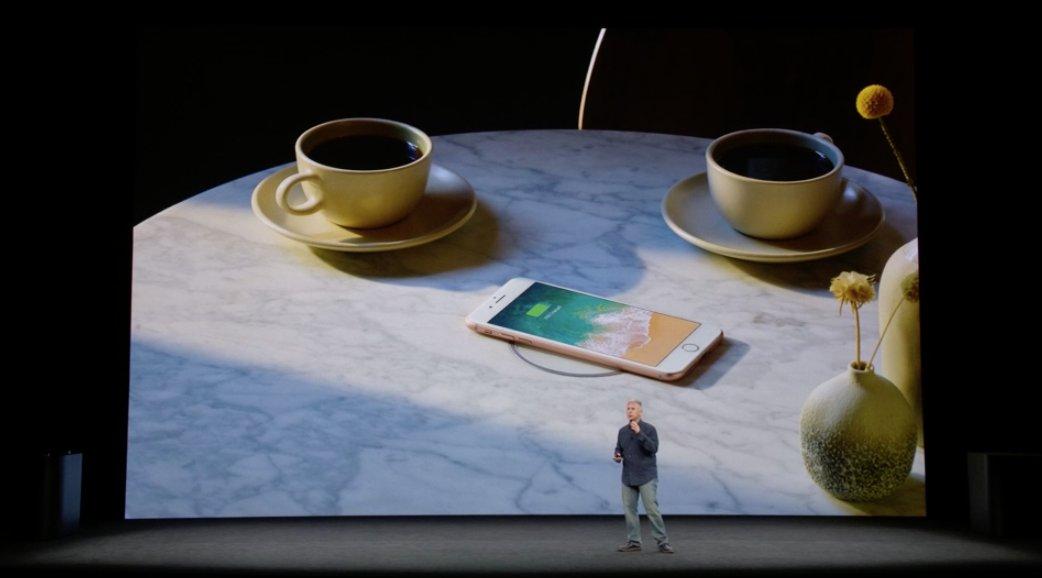 Cargando el iPhone inalámbricamente en una cafetería