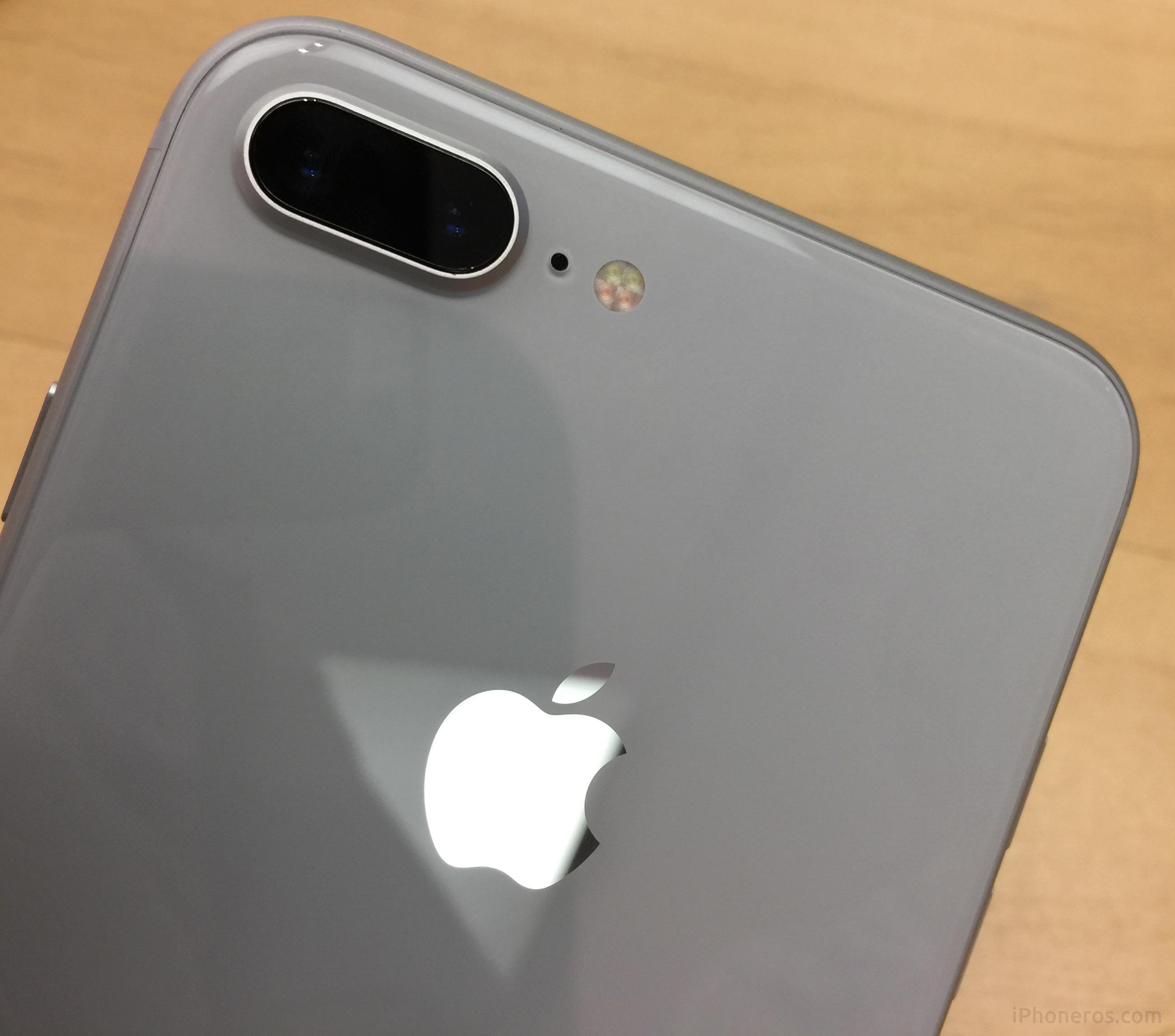 iPhone 8 Plus blanco por detrás, con su carcasa de cristal