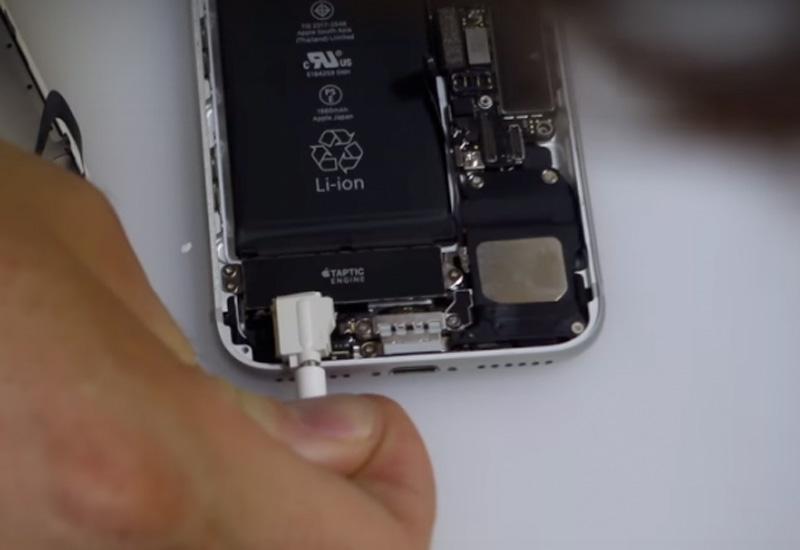 Probando a encajar un minijack en el iPhone 7
