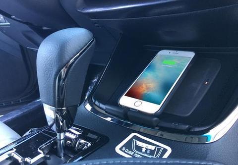 Cargando el iPhone dentro del coche inalámbricamente
