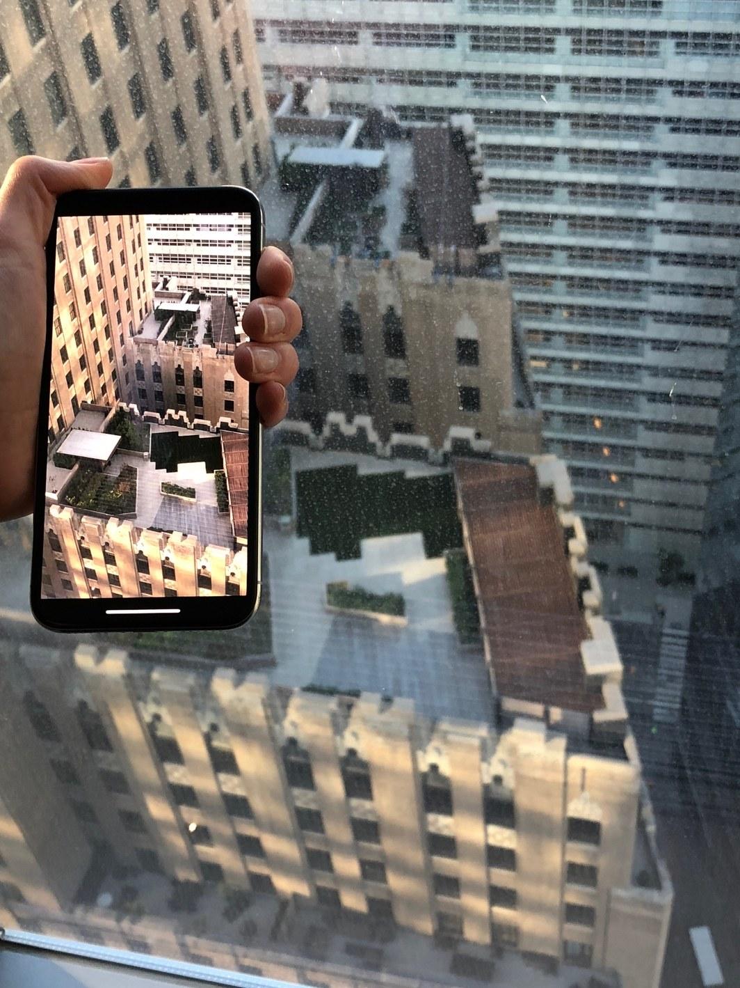 iPhone X haciendo una foto desde una cornisa en Nueva York