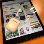 iPad Pro con iPhoneros cargada, y unos AirPods