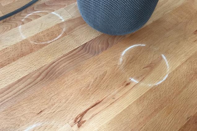 El HomePod deja marcas en las mesas (foto de Jon Chase en Wirecutter)