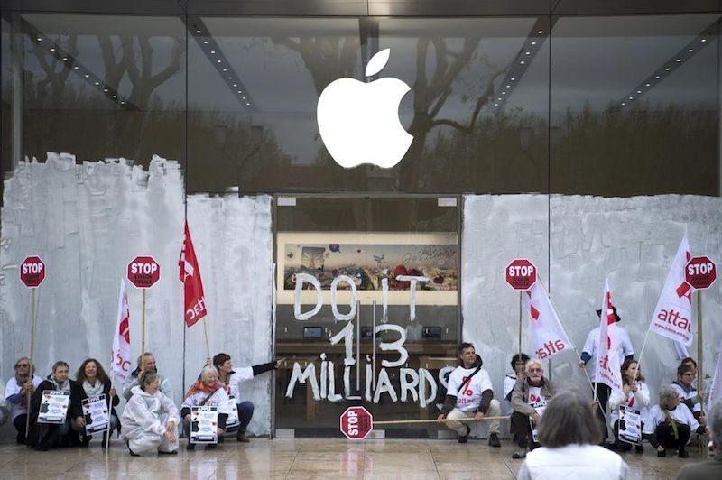 Attac manifestándose delante de las tiendas de Apple en Francia